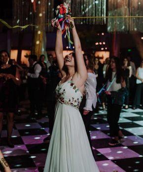 Vestido de novia con bordados de colores