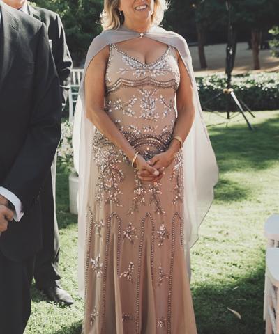 Vestido usado nude de madrina con pedrería bordada se